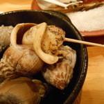 貝や しるひ - ツブ貝は爪楊枝でクルリと出す