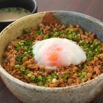 九四八 - 鶏そぼろ丼(半熟玉子のせ)