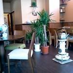 菊屋 - テーブル席は広め。