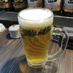 丸万焼鳥 - カウンターに座らせていただいて取り敢えず焼き上がるまでビールで乾杯です。