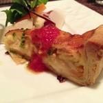 イタリア料理 ドルチェヴィータ - サーモンと玉ねぎのキッシュロレーヌ風小さなサラダと