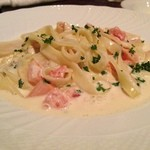 イタリア料理 ドルチェヴィータ - スモークしたモッツアレラチーズとサーモンのクリームソース 生タリアテッレ