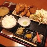 京 - 雨で暇なのでランチ。今日は伊勢鶏フライの定食、旨し。