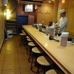 なが沼 赤坂本店 - 1階はカウンター席、2階は座敷席です