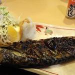 なが沼 赤坂本店 - どっしりした塩さばに野菜と大根おろしもたっぷりなのがうれしいです