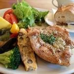 プラスワンカフェガーデン - 焼き野菜と鶏肉のマスタードソース添え&バケット☆