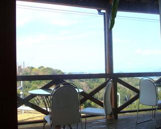 四季 - テラス席からの風景はばつぐん、風が気持ちいい