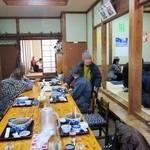 薬師寺そば - 正面に8人掛けくらいの長テーブル