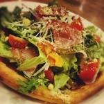 """サユ - 生ハムとフレッシュ野菜、パルミジャーノチーズのピッツァ""""プロシュート"""""""