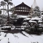 聴琴亭 - 大きな庭から眺めた玄関