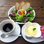 RICE-B - 平日のパスタランチにはフレッシュサラダ・ピクルス・バケットにコーヒー(or紅茶)とデザートもついてきます。