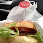 あいかわ - あいかわバーガー 佐世保バーガー。焼肉屋さんのハンバーガー。 ハンバーグがおいしくてGOOD。  隣に精肉店もあり、冷凍ハンバーグも購入。