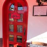 ブラッスリー・グー - こじんまりとした外観。赤いドアがキュート