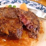 17357981 - あつあつをナイフで切った感じ。肉汁溢れる、中はいい感じにレアっぽい