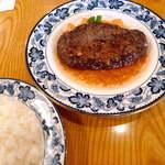 17357983 - 和牛ビーフハンバーグ(150g ¥1350)つなぎ無しのビーフ100%、ガーリックの香りが食欲をそそる
