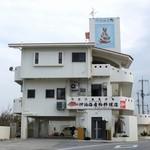 仲泊海産物料理店 - 見落とすことはないくらい目立つ。
