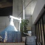 AsianCafeHiroz - 吹き抜けの店内に大きな石窯