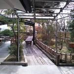 うどん処しんせい - 外の飲食スペース