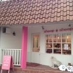17369083 - ピンクの柱と看板がキュート
