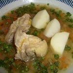アシュクルク - 鶏肉と野菜のスープ(エクアドル料理:週替わりメニューの1つです パン・サラダ付き¥980)