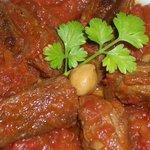 アシュクルク - 牛肉のトマトソース煮込み(ギリシャ・ケファロニア島の料理:週替わりメニューの1つです パン・サラダ付き¥980)