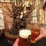 あかりや - 梅の木の前で乾杯