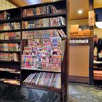 ほうせい丸 - 本屋のように雑誌が並んでいます