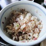 ほおの木 - ごぼ天・小丼セット(1450円)牛トロ丼・タレをかけてかき混ぜます