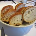 カンブーザ - パンも出されます。