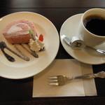 17378144 - ロールケーキとコーヒーのセット 300円