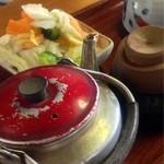 五平餅の太田 - どうです、急須のハ◯具合!自家製漬物も旨い。
