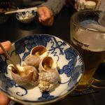 郷土料理 でくのぼう - 生ビール(中)[550円]とお通し(煮バイカイ)[500円]