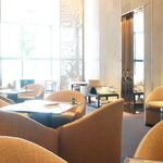 ベージュ アラン・デュカス 東京 - ウェイティングスペースもひろびろ。