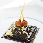 ベージュ アラン・デュカス 東京 - カレ・シャネル ショコラ:プラリネ、ヘーゼルナッツのアイスクリーム(お連れ様オーダー)