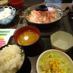 肉屋の正直な食堂 - 豚野菜鍋定食全景