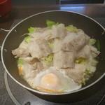 肉屋の正直な食堂 - 豚野菜鍋、玉子を落としてみました