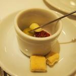 17386975 - アミューズ 固焼きパン、オリーブ、チーズ、ドライトマト.JPG