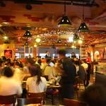 中国茶房8 - 店内は活気があります。