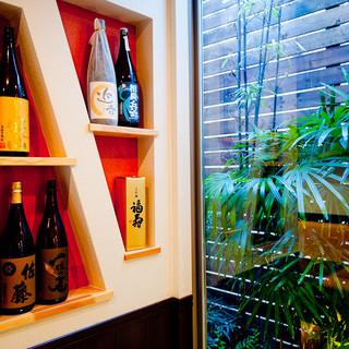 お酒好きの料理人が蔵元から直接仕入れた各地の日本酒や焼酎を楽しむことができます。