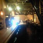 ケバブバー アンプル - カウンターが長く続き、奥にはテーブル席があります