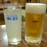 とう七 - 生ビール(500円)&レモンサワー(400円)※ホワイトブランデーをベースに炭酸水をミックスした、まろやかで口当たりの良いフルーティーなサワー