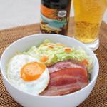 ロコズキッチン - カリカリベーコンのロコモコ ※ジューシーさをUPさせる肉々しい組み合わせも人気。冬季限定ビール「パイプラインポーター」と