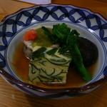 かわ津 - 炊き合わせ?わかめの入った卵豆腐・鯛で茶そばを巻いた蒸し物・椎茸・菜の花