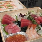六本木 福鮨 - 雛祭り用特製ちらし鮨。お写真は3人前です。ばらちらしには穴子がたっぷり入っています。 お好みでお刺身をばらちらしにのせて、お楽しみ下さいませ。