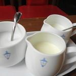 馬車道十番館 - ホイップクリーム、ミルク、砂糖がついてきます