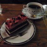 ブラジルコーヒー商会 - 2013.2.18)イチゴとブルーベリーのケーキセット(900円)。コーヒーはブラジル