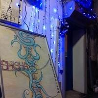 シーシャ スウィーク - 異国のような町田の路地裏に青と白のイルミネーション