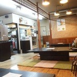 久屋らーめん - 座敷 左側にカウンターとテーブル