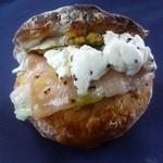 17408379 - 天然酵母ひまわりパンでよつ葉のクリームチーズと生ハムをサンドしました