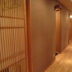 17416866 - 中央に廊下があり、左右に完全個室が並んでます